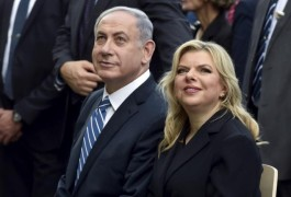 Israel's Prime Minister Benjamin Netanyahu (L) sits next to his wife Sara during a visit at the Expo 2015 global fair in Milan, northern Italy, August 27, 2015. REUTERS/Flavio Lo Scalzo