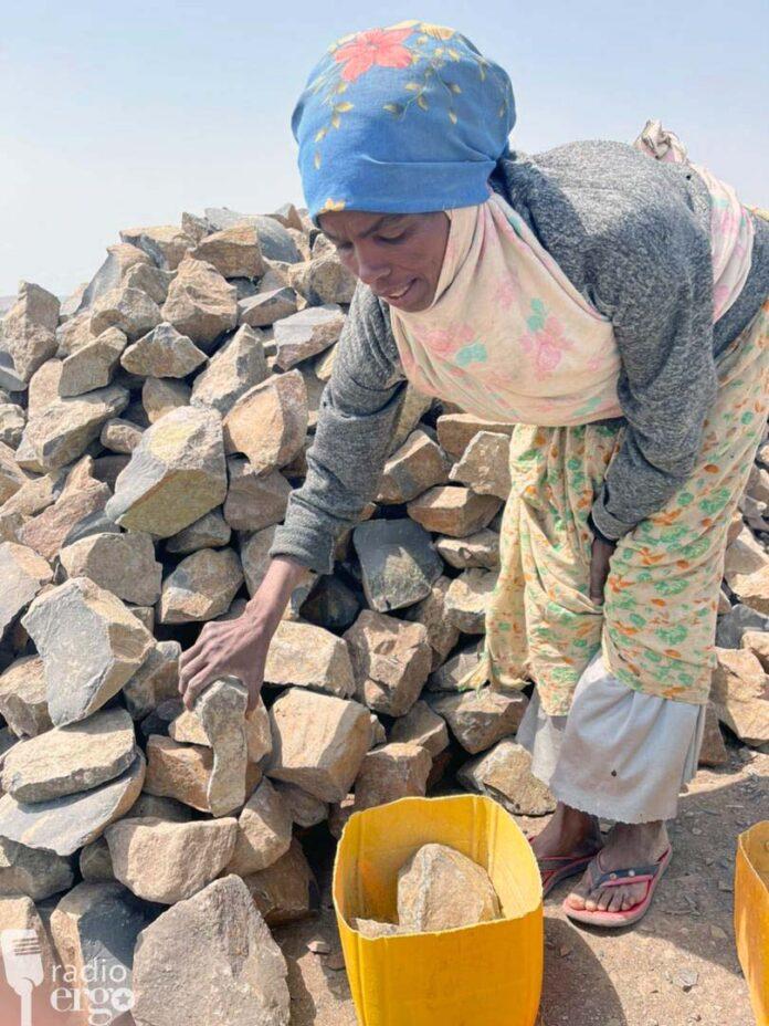 Somali women doing backbreaking jobs to support desperate families in Ethiopian region